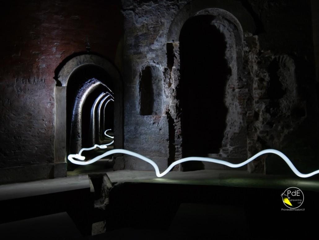 filo di luce nei sotterranei dei Bagni di Mario, Bologna.